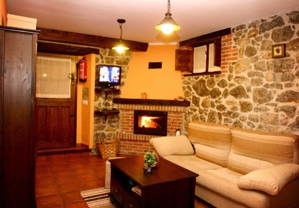 El sal n de la casa rural el rinc n del sella - Casa rural con chimenea en la habitacion ...