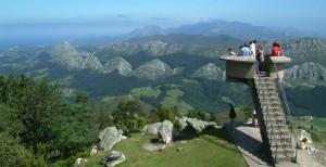 Vistas del mar y de los Picos de Europa desde el Mirador del Fito