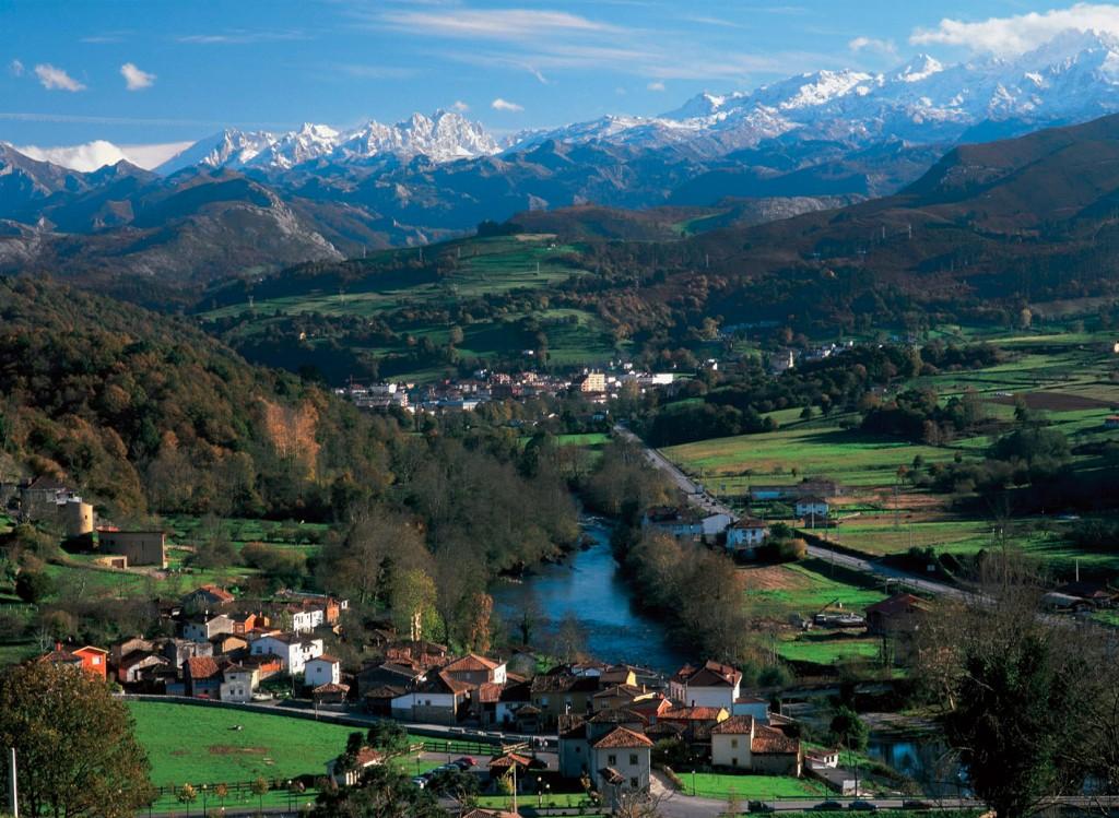 Vista de Cangas y Picos de Europa