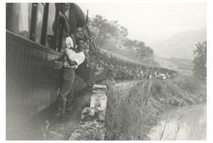 Tren fluvial de madera pasando por el Rincón del Sella