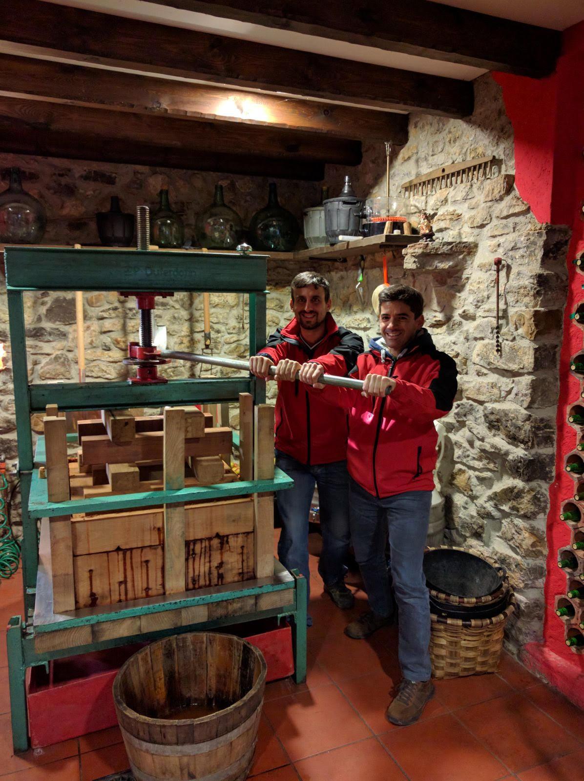 Integrantes del club Deportivo Navarra en el Llagar de sidra de nuestra casa rural